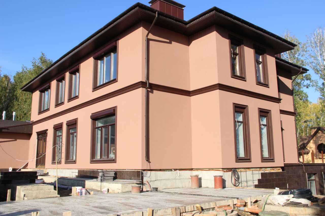 Деревянный фасад дома с отделкой